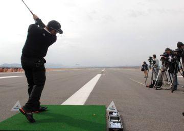 El golfista Sergio García durante el 'Drive Récord' de una de las ediciones del Castelló Masters celebrada en una de las pistas del aeropuerto