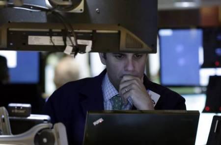 Corredor de la Bolsa de Valores de Nueva York en su estación de trabajo. Foto Ap