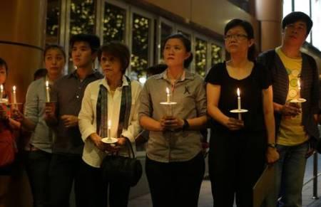 Ceremonia en Kuala Lumpur efectuada el jueves 27, en memoria de los pasajeros del vuelo desaparecido de Malaysia Airlines. Foto Ap