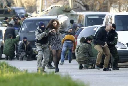Civiles son guiados por autodefensas pro rusos afuera de una base militar atacada en la ciudad de Belbek, cercana a Sebastopol. Foto Reuters
