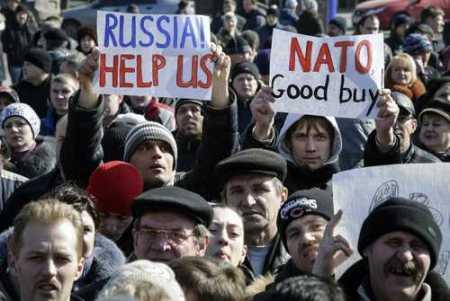 Ciudadanos pro rusos marcharon ayer en Donetsk, Ucrania. Foto Reuters