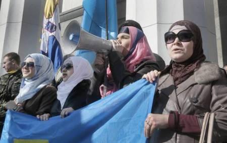 Tártaros de Crimea se manifiestan frente al Parlamento en Kiev contra la invasión rusa. Foto Ap