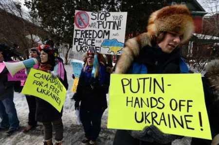 Mitin frente a la embajada de Rusia en Canadá, donde los manifestantes protestaron contra la política de Vladimir Putin acerca del conflicto en Ucrania. Foto Ap