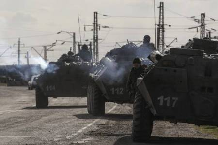 Vehículos de transporte de tropas, ayer en la ciudad de Salkovo, Ucrania. Vladimir Putin firmó un tratado que reconoce a Crimea como parte de Rusia. Foto Reuters