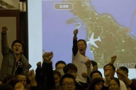 Familiares de chinos que iban en el vuelo perdido de Malaysia Airlines expresan ante los medios sus demandas de información veraz luego de que representantes del gobierno malasio abandonaran una reunión informativa en Pekín. Foto Ap